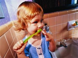 ребенок с зубной пастой
